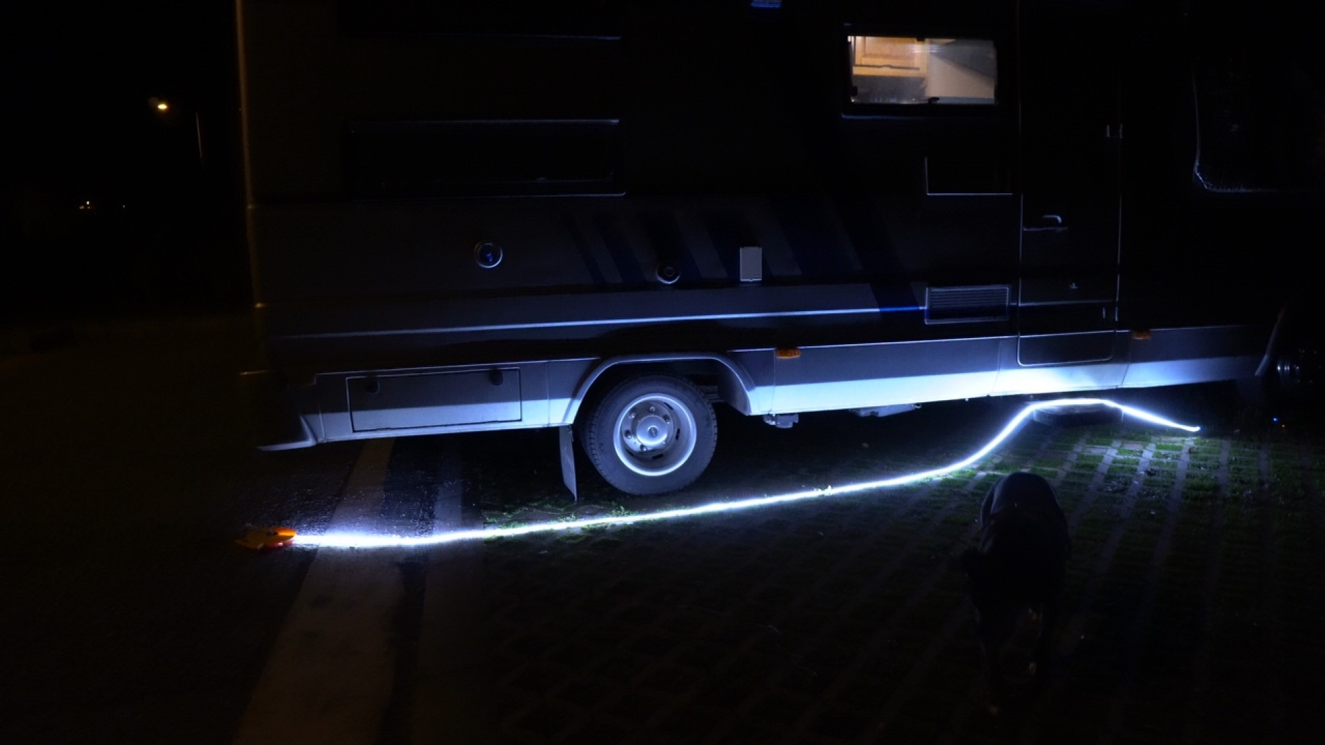 striscia a LED impermeabile Helian Lighting con powerbank da campeggio